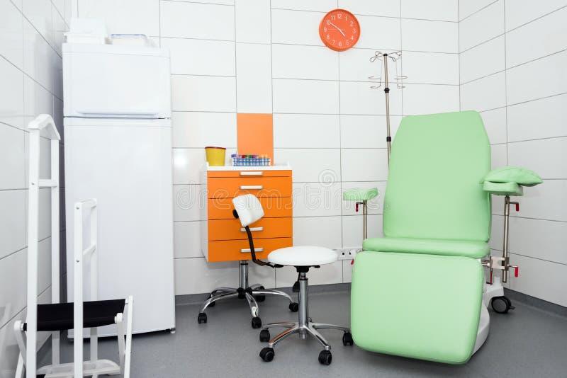 Sitio de hospital equipado moderno y cómodo Sitio del tratamiento con la medicina en el refrigerador fotografía de archivo libre de regalías