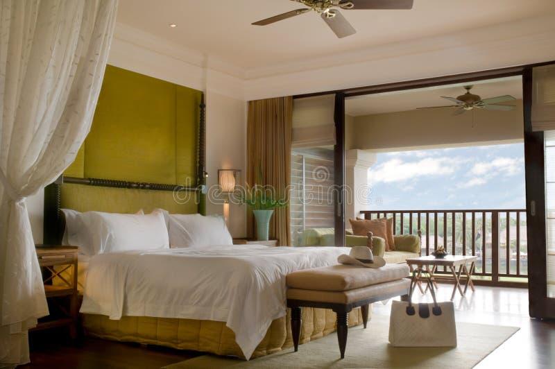 Sitio de la cama de la habitación con el balcón fotos de archivo libres de regalías