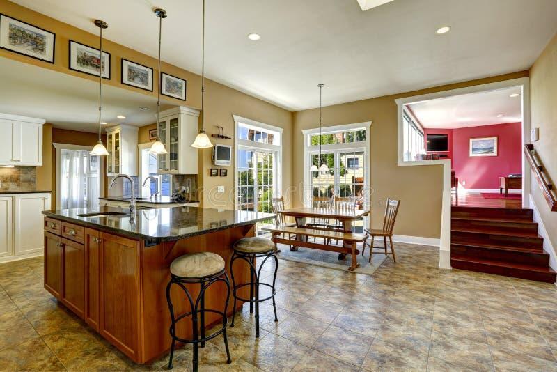 Sitio de la cocina con la isla y la mesa de comedor de for Isla de cocina con mesa