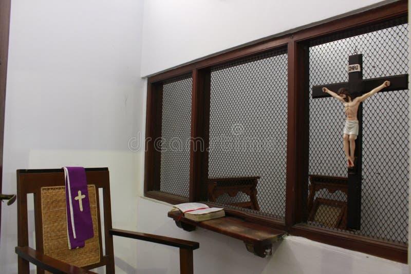 Sitio de la confesión, lugar de consultar privado a un peregrino al pastor fotos de archivo