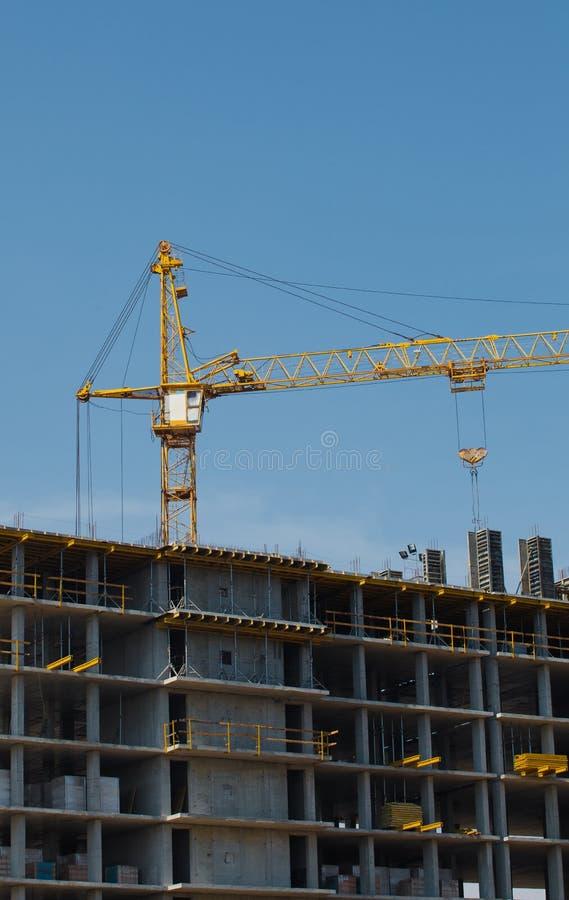Sitio de la construcción de la grúa y de edificios contra el cielo azul fotografía de archivo libre de regalías