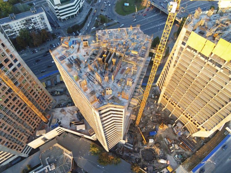 Sitio de la construcción de edificios de la alta torre Grúa industrial del insecto Opinión aérea del abejón Desarrollo de la ciud imagen de archivo libre de regalías