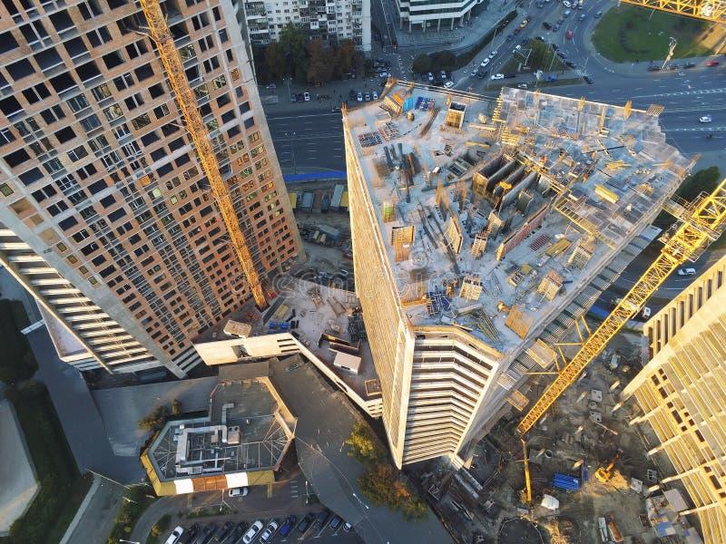 Sitio de la construcción de edificios de la alta torre Grúa industrial del insecto Opinión aérea del abejón Desarrollo de la ciud imágenes de archivo libres de regalías