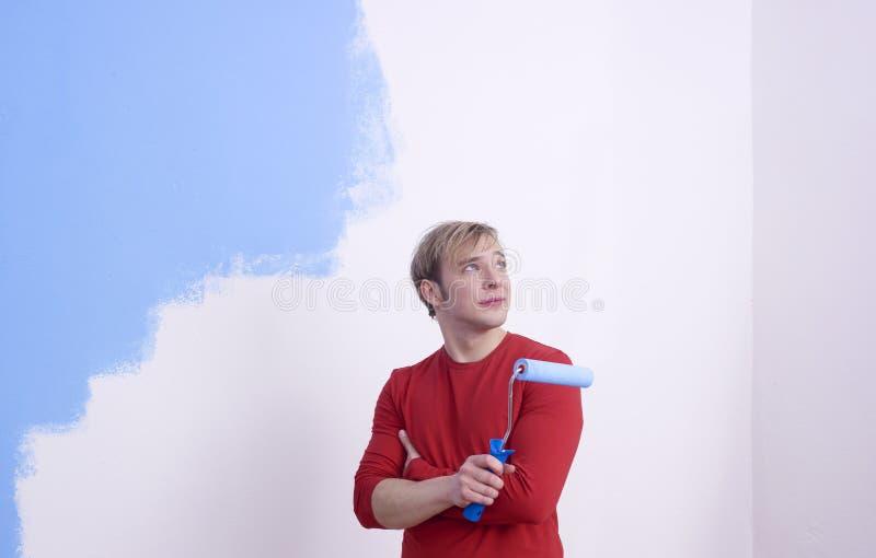 Sitio de la pintura del hombre con el rodillo fotos de archivo