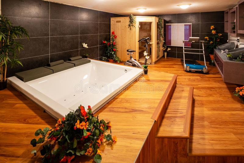 Sitio de la relajación, hydromassage, sauna y equipo del gimnasio imagen de archivo libre de regalías