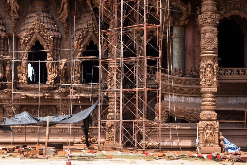 Sitio de la restauración en el exterior del lado del santuario de la verdad, Tailandia foto de archivo