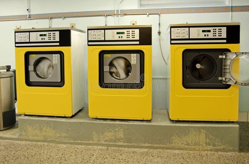 Sitio de lavadero con las lavadoras imagenes de archivo