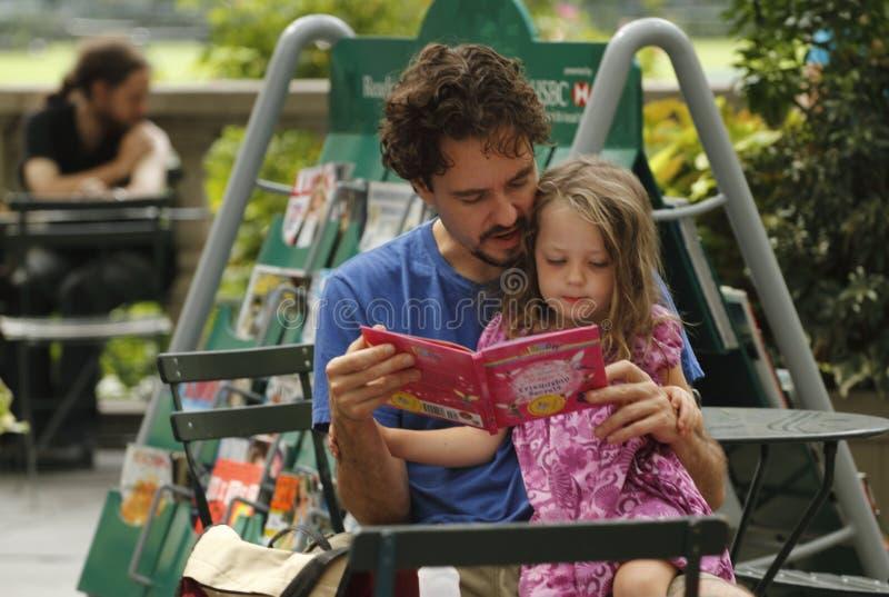 Sitio de lectura en el parque de Bryant foto de archivo libre de regalías