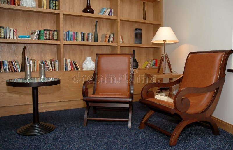 Sitio de libros - casero - pequeña biblioteca - esquina de oficina foto de archivo libre de regalías