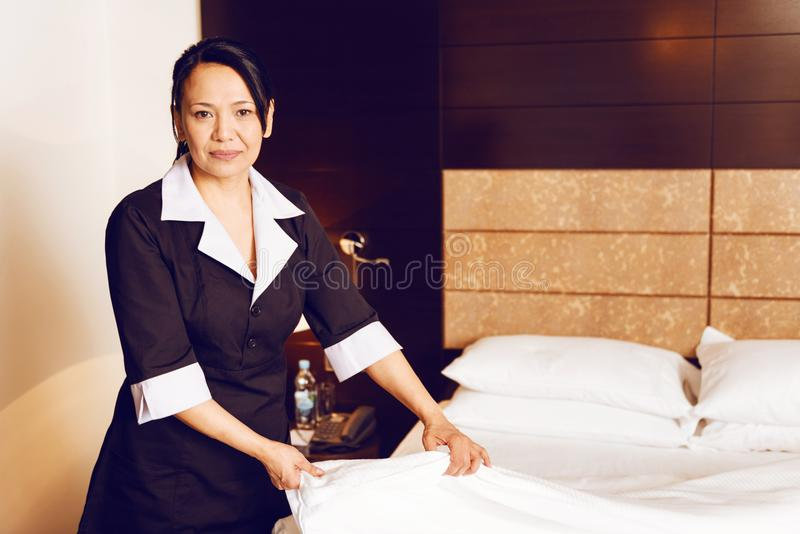 Sitio de limpieza competente de la criada del hotel imágenes de archivo libres de regalías