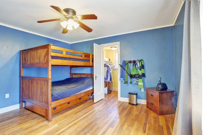 Sitio de los muchachos con la cama del desván imagen de archivo libre de regalías
