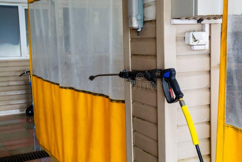 Sitio de t?nel de lavado con la cortina impermeable amarilla imagen de archivo libre de regalías