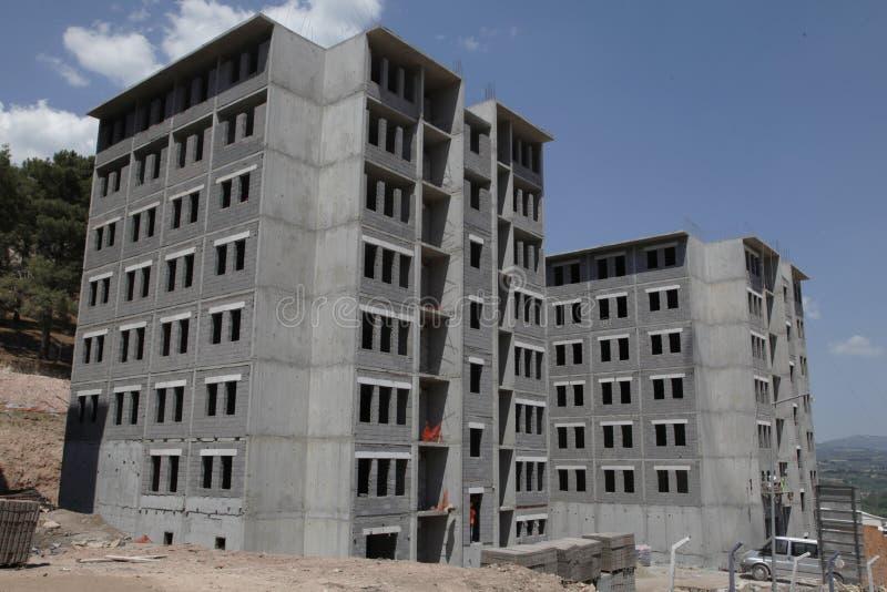 Sitio debajo de un cielo azul, hormigón gris de la construcción de edificios imágenes de archivo libres de regalías