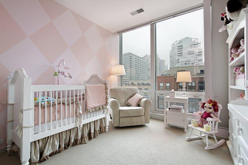 Sitio del bebé con la opinión de la ciudad fotografía de archivo libre de regalías