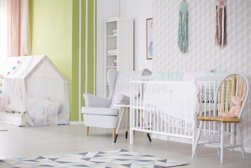Sitio del bebé con la silla, la butaca y el pesebre fotografía de archivo libre de regalías