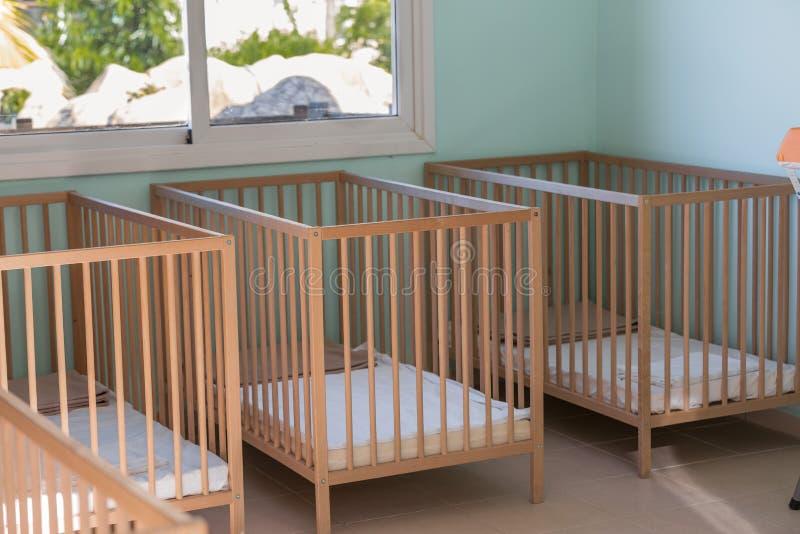 Sitio del bebé con las camas de madera imagen de archivo