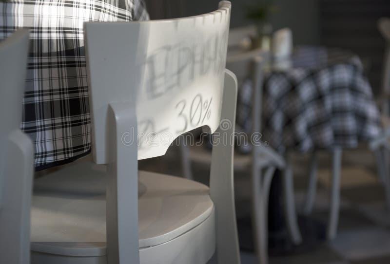 Sitio del café, tablas, sillas y una sombra fotografía de archivo libre de regalías