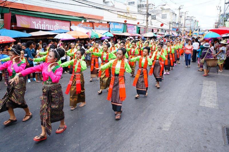 Download Sitio Del Festival Del Baile Del Desfile Foto de archivo editorial - Imagen de procesión, señora: 42430238