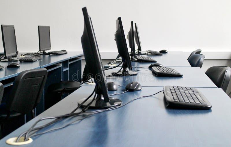 Sitio del lugar de trabajo con los ordenadores en fila fotografía de archivo