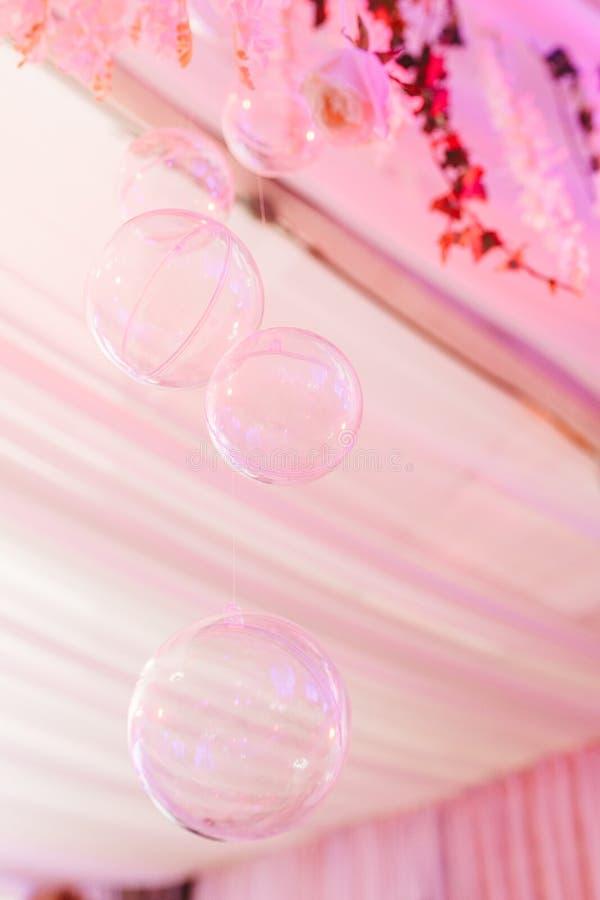 Sitio del restaurante adornado con las burbujas transparentes que cuelgan del techo para el acontecimiento weding foto de archivo libre de regalías