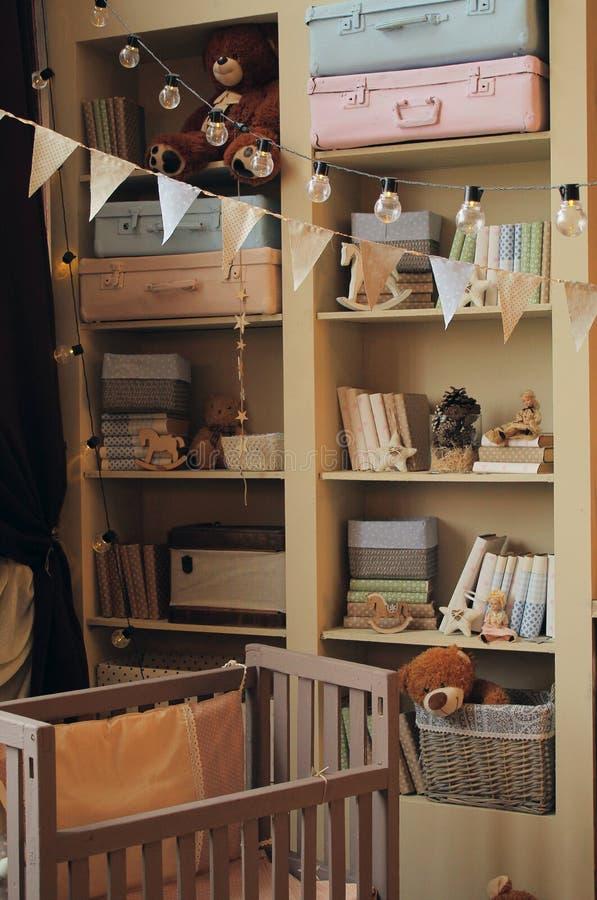 Sitio del ` s de los niños con juguetes y una cama, estante para libros fotos de archivo libres de regalías
