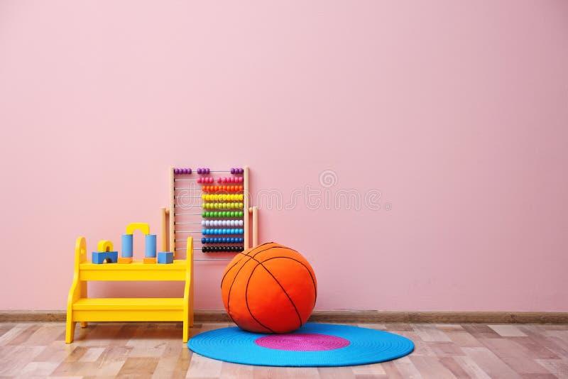 Sitio del ` s de los niños con la pared brillante del color, fotos de archivo libres de regalías