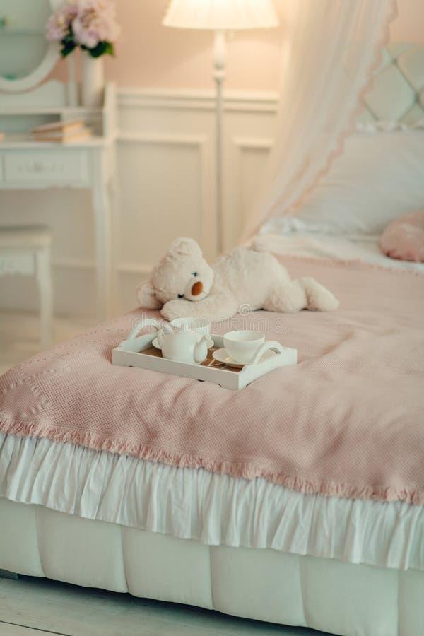 Sitio del ` s de los niños en tonos rosados y azules foto de archivo libre de regalías