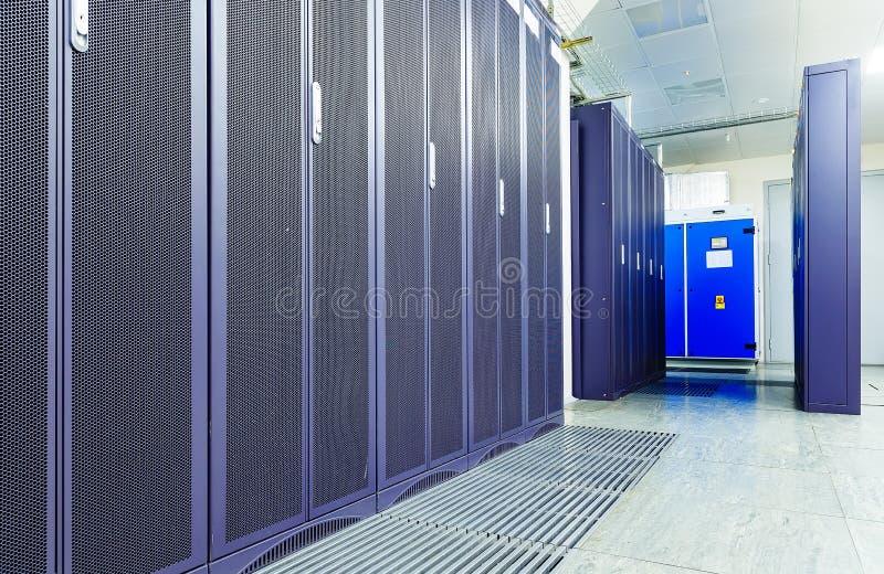 Sitio del servidor con el equipo de comunicación moderno en el centro de datos imagen de archivo