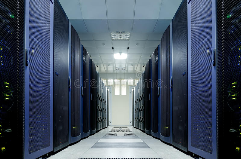 Sitio del servidor con el equipo moderno en el centro de datos fotos de archivo