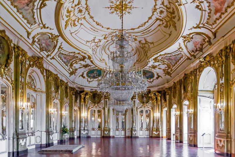 Sitio del trono (Sala hace Trono) en el palacio de Queluz, Portugal fotos de archivo