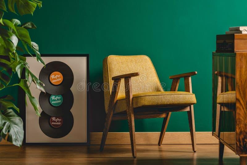 Sitio del vintage con las paredes verdes imagenes de archivo