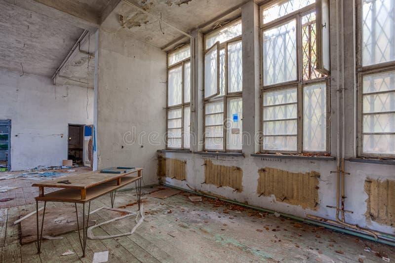 Sitio demolido con el piso de madera imagen de archivo