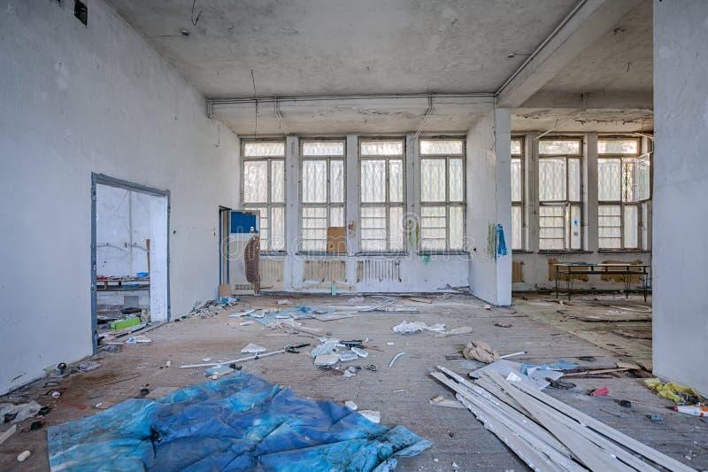 Sitio demolido con el piso de madera imagenes de archivo