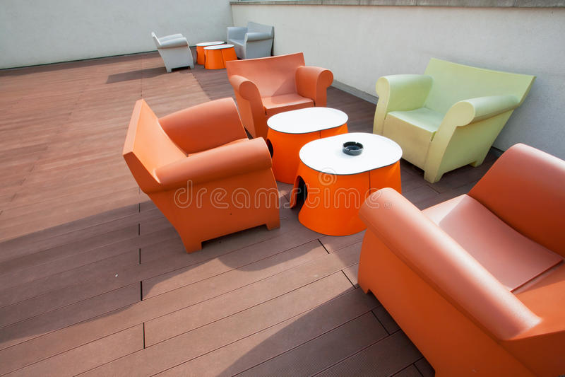 Sitio diseñado con las sillas, los sofás y las tablas hechos del plástico foto de archivo