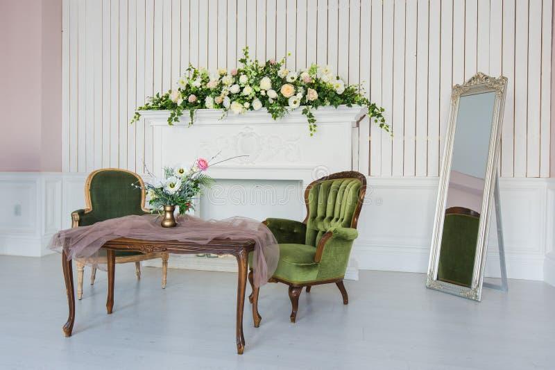 Sitio elegante con muebles antiguos fotos de archivo