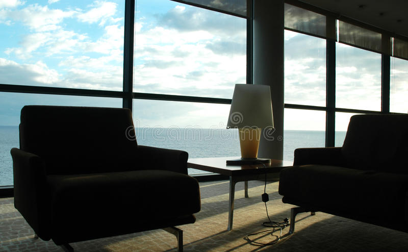 Sitio en el cielo - esquina pacífica, opinión del cielo azul y del agua, interior del hogar foto de archivo