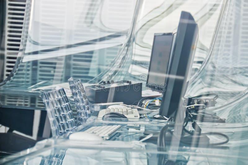 Sitio en funcionamiento del control de seguridad del sistema de alta tecnología del ordenador con los monitores y teclados y rato imágenes de archivo libres de regalías