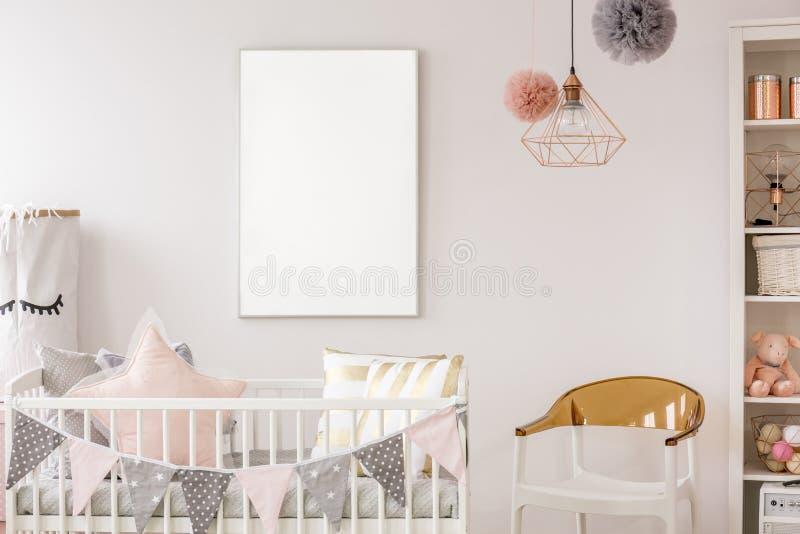 Sitio escandinavo del bebé con el pesebre foto de archivo libre de regalías
