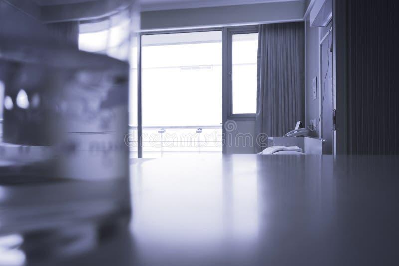 Sitio estándar del VIP del hospital con las camas y equ médico cómodo foto de archivo libre de regalías