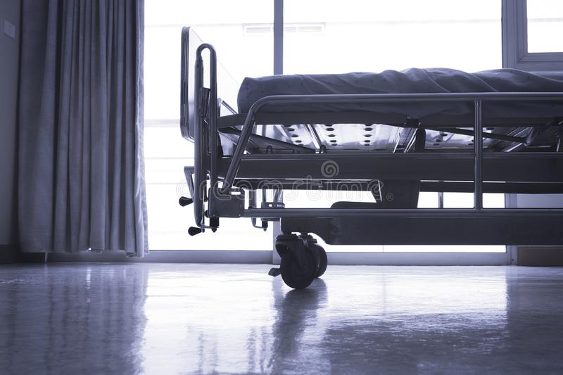Sitio estándar del VIP del hospital con las camas y equ médico cómodo imagen de archivo libre de regalías