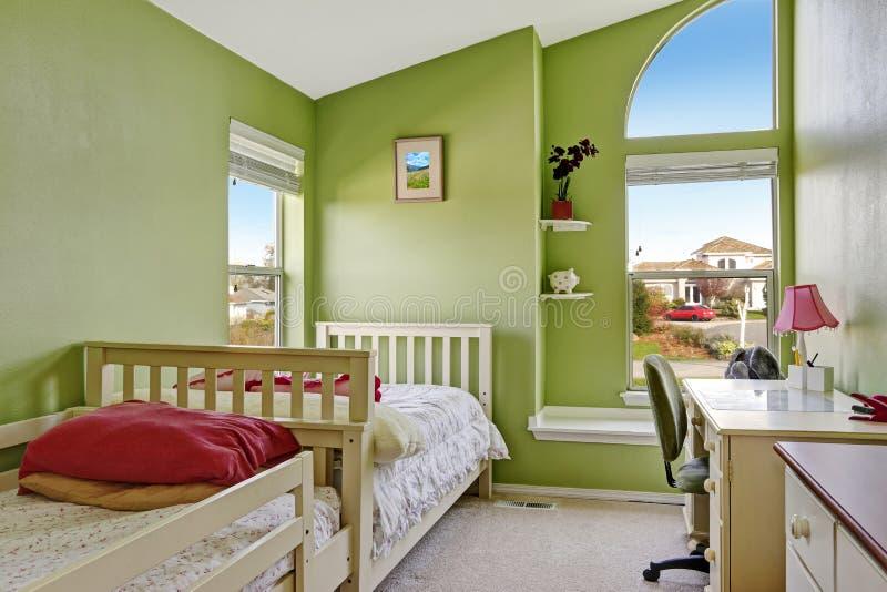 Sitio feliz de los niños en color verde claro foto de archivo libre de regalías