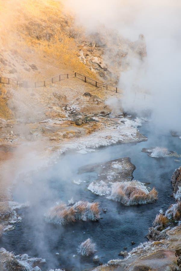 Sitio geológico de ebullición de la cala caliente volcánica cerca de los lagos gigantescos en una mañana del invierno imágenes de archivo libres de regalías