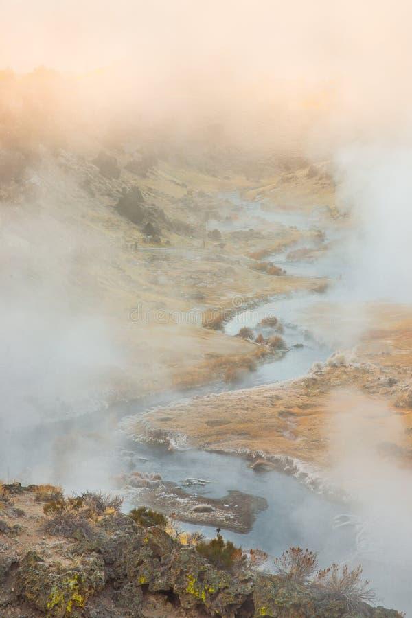 Sitio geológico de ebullición de la cala caliente volcánica cerca de los lagos gigantescos en una mañana del invierno foto de archivo