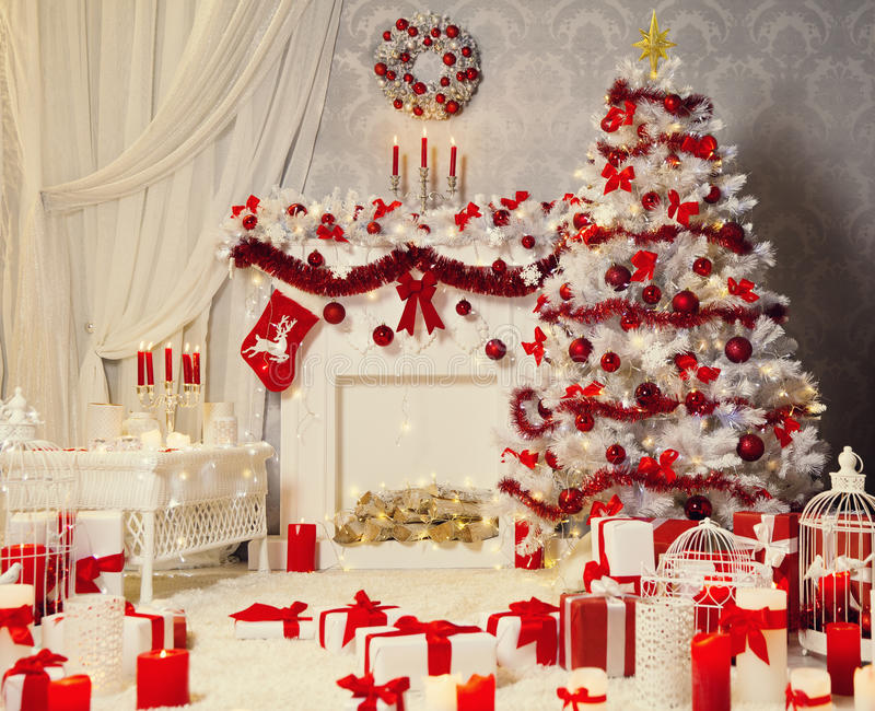 Sitio interior, árbol blanco de Navidad, decoración de la Navidad de la chimenea imagenes de archivo
