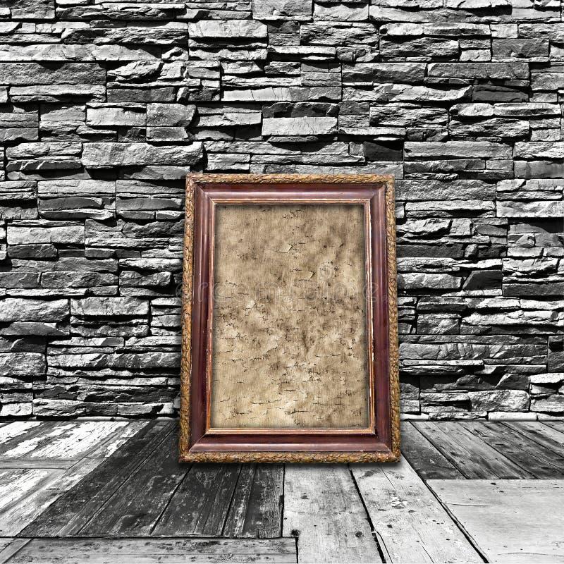 sitio interior del vintage con los suelos de madera las paredes de piedra y el viejo franco