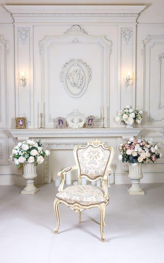 Sitio interior ligero brillante elegante de lujo En el medio de fotos de archivo libres de regalías