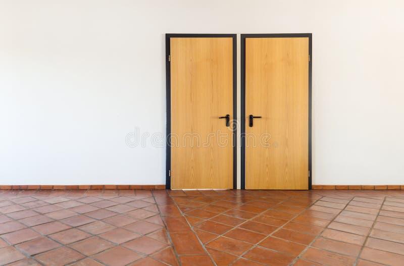 Sitio interior, vacío con dos puertas foto de archivo libre de regalías