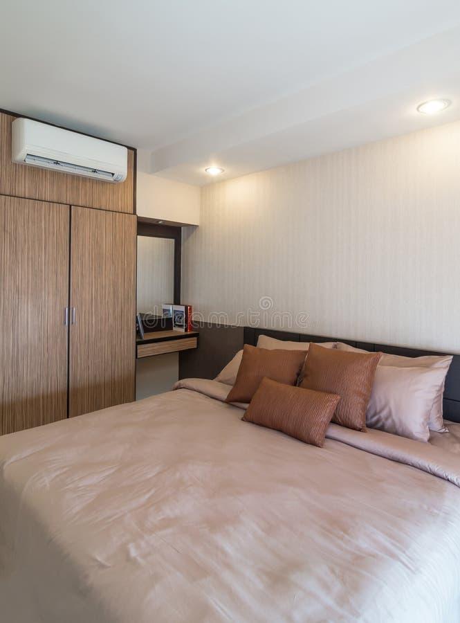Sitio moderno interior de lujo de la cama fotografía de archivo