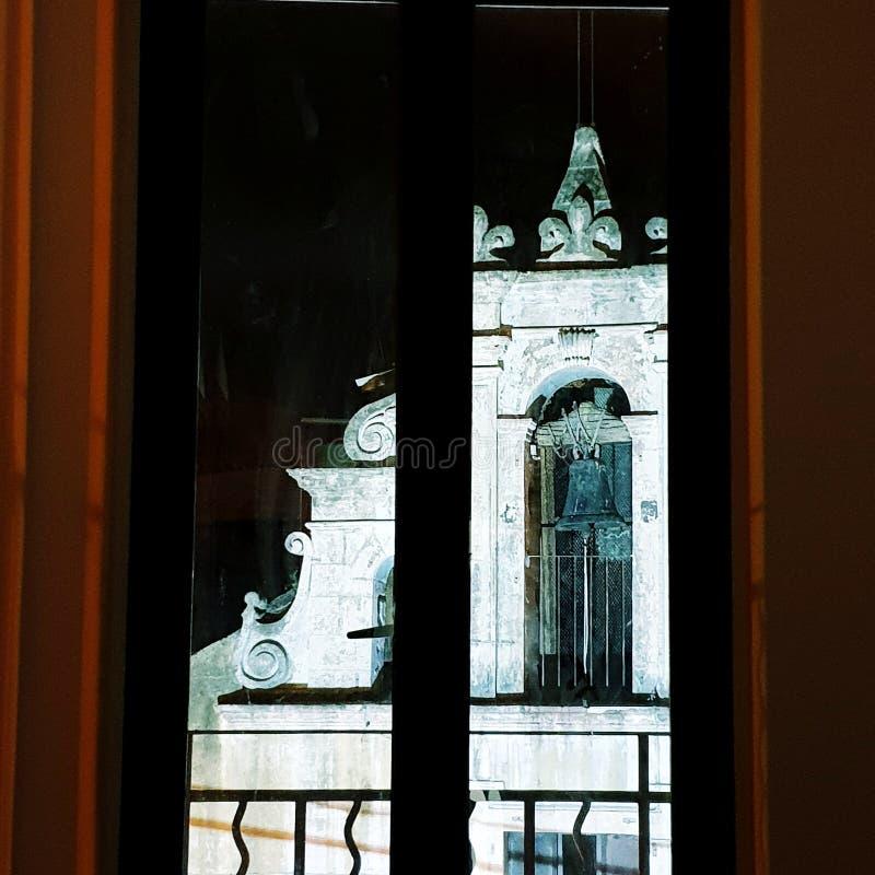 Sitio oscuro, iglesia ligera en el cielo negro foto de archivo