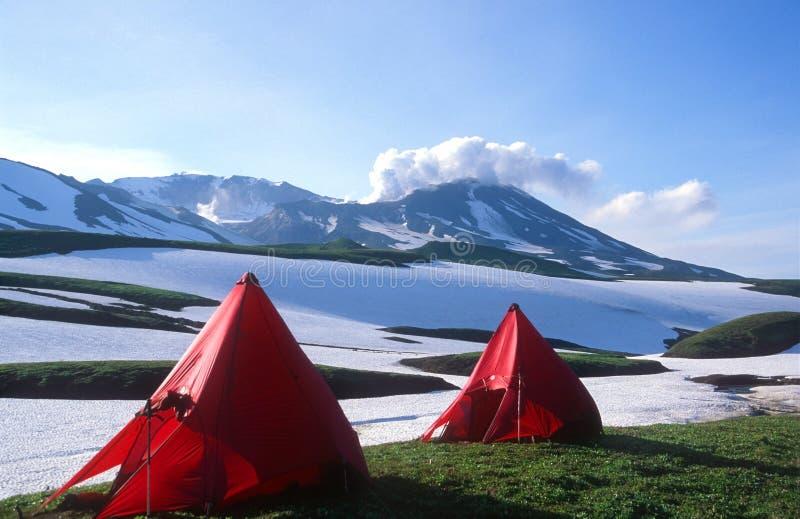 Sitio para acampar bajo el volcán de Mutnovsky imagenes de archivo